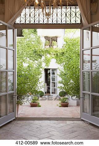 Banque de photographies vue de cour par portes for Porte de cour
