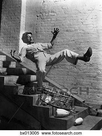 Stock afbeelding 1940s melkboer vallen beneden trap laten vallen melk bottelt bx013005 - Beneden trap ...