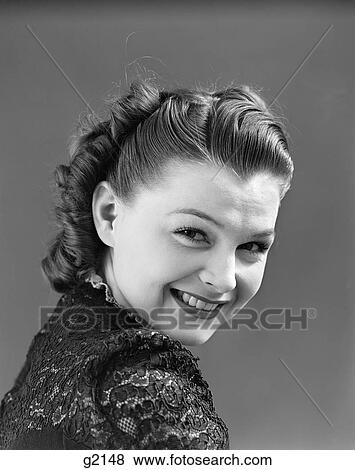 images 1940s portrait femme sourire examiner elle paule implantation cheveux v. Black Bedroom Furniture Sets. Home Design Ideas
