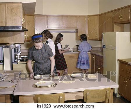 Stock fotografie 1960 1960s 4 madels studenten in for Studenten küche