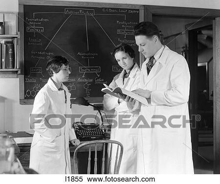 Archivio immagini 1930s 1940s tre scienziati in for Mobilia lavagna