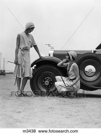 images 1950 1950s retro femmes voiture pneu plat r paration auto cric probl me m3438. Black Bedroom Furniture Sets. Home Design Ideas