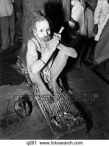 Archivio fotografico 1930 1930s ind uomo santo - Fachiro letto di chiodi ...