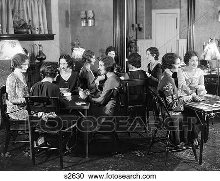 Stock fotografie 1930s het glimlachen groep van 12 jonge vrouwen op brug feestje in - Muurschildering volwassen kamer ...