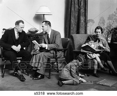 Beelden 1930s gezin in woonkamer vader besprekingen om te verkoper verzekering moeder - Stoel volwassen kamer ...