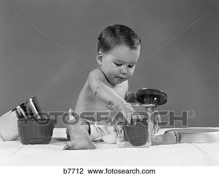 stock foto 1950s baby in windel spiel k chenutensilien pyrex me becher saftpresse. Black Bedroom Furniture Sets. Home Design Ideas
