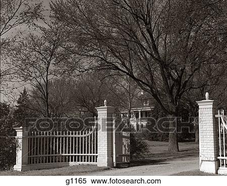 banque d 39 image 1950 1950s portail gated entr e propri t foyer manoir entr e manoir. Black Bedroom Furniture Sets. Home Design Ideas