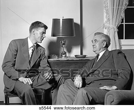 Stock foto 1950 1950s zwei m nner sitzen in for Wohnzimmer 1950