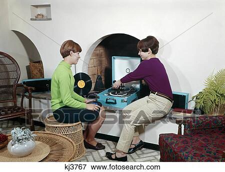 Bild 1960s zwei teenaged m dels spielender for Wohnzimmer 1960