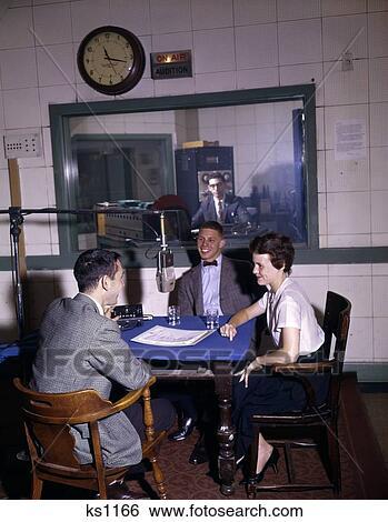 Stock afbeeldingen 1960s universiteit radiostation dj interview man vrouw ongeveer - Muurschildering volwassen kamer ...
