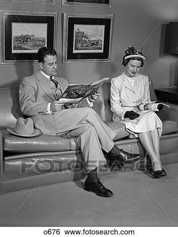 Stock afbeeldingen 1960 1960s grootmoederstijd paar bankstel sofa zittende lezende - Muurschildering volwassen kamer ...