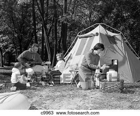 Banque de photo 1960s camping famille tente m re for Tente de cuisine