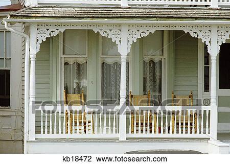 banque de photo mai cap new jersey blanc peint bois porche osier fauteuils bascule. Black Bedroom Furniture Sets. Home Design Ideas