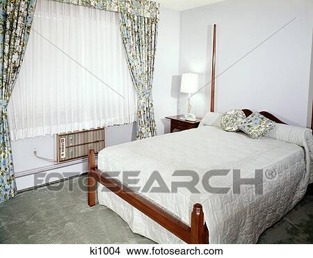 Arkivfoto   1960s, soverom, med, full, størrelse, seng, vindu, med ...