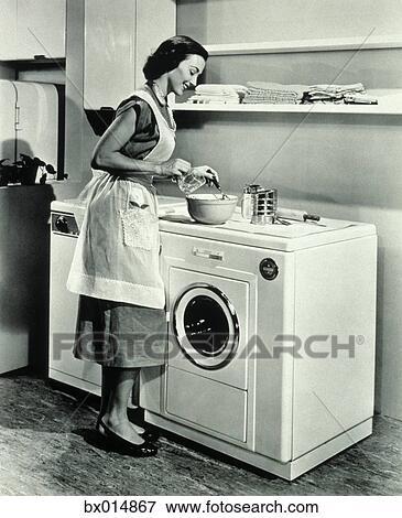 bild 1950s hausfrau gebrauchend oberseite von waschmaschine und trockner als. Black Bedroom Furniture Sets. Home Design Ideas