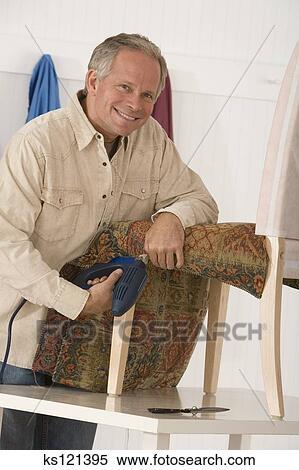 banque d 39 image homme tapisser a chaise ks121395 recherchez des photos des images des. Black Bedroom Furniture Sets. Home Design Ideas