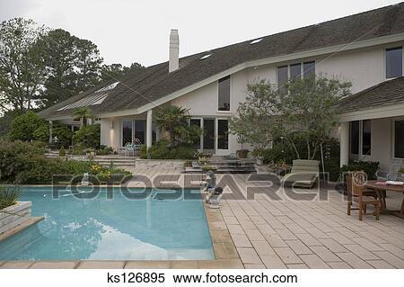 stock bild luxus haus mit schwimmbad ks126895 suche stockfotos wandbilder fotografien. Black Bedroom Furniture Sets. Home Design Ideas