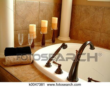 stock fotografie badewanne und kerzen k0047381 suche stockfotos fotos prints bilder und. Black Bedroom Furniture Sets. Home Design Ideas