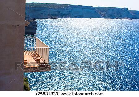 Красивый балкон с видом на море.