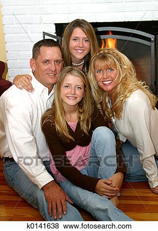 images famille heureuse chez soi 2 k0141638. Black Bedroom Furniture Sets. Home Design Ideas