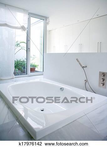 Stock foto modernes wei es haus badezimmer badewanne - Dachfenster wasser innen ...