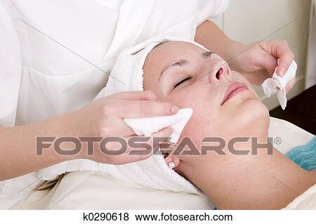Die Masken für die Person obeswoschennoj die Häute