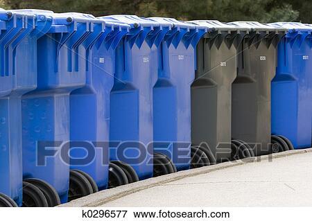 image rang de poubelles k0296577 recherchez des photos des images des photographies et. Black Bedroom Furniture Sets. Home Design Ideas