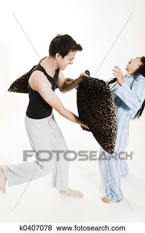 Bild ehepaar kämpft mit kissen fotosearch suche stockfotos