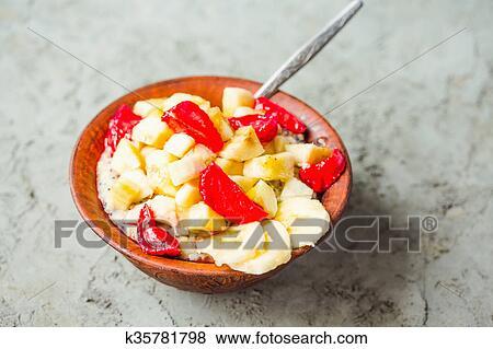 图片- oatmeal, 带, 香蕉, 同时,, 草莓, 在中, a, 粘土, 盘子.图片