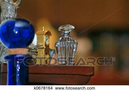 影像 - 水晶, 香水瓶子. Fotosearc... 水晶, 香水瓶子, 坐, 上, 架子,