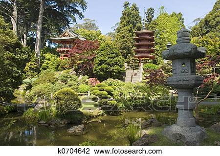 Banque de photo lanterne jardin japonais k0704642 for Jardin japonais lanterne