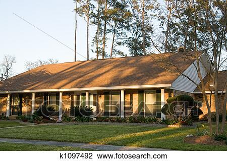 banque de photo ranch style maison k1097492 recherchez des images des photographies et des. Black Bedroom Furniture Sets. Home Design Ideas