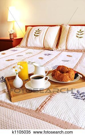 Archivio immagini colazione su uno letto in uno - Vassoio da letto colazione ...