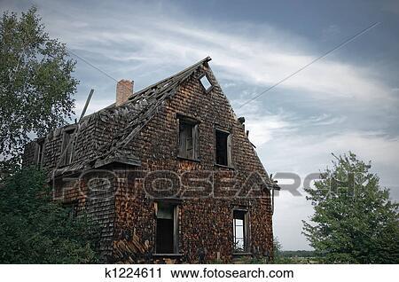 banques de photographies sombre maison hant e k1224611 recherchez des images des photos et. Black Bedroom Furniture Sets. Home Design Ideas