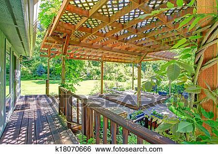 Archivio di immagini cortile posteriore fattoria ponte for Disegni di casa patio