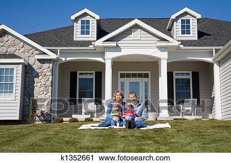 banques de photographies famille heureuse k1352661 recherchez des images des photos et des. Black Bedroom Furniture Sets. Home Design Ideas