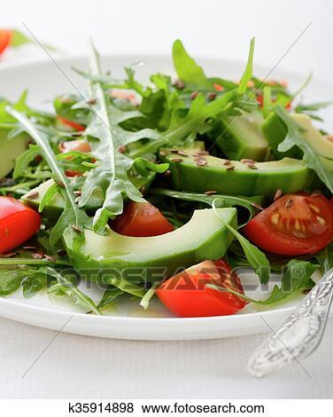Салат с тунцом авокадо и помидорами черри