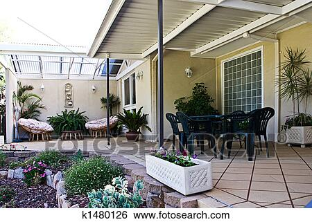Archivio di immagini patio k1480126 cerca archivi for Disegni di casa patio