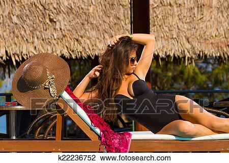 stock foto sch ne frau entspannend auf faulenzer in hotel k22236752 suche. Black Bedroom Furniture Sets. Home Design Ideas