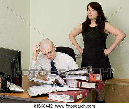 В офисе секретарша фото