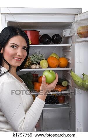 Stock bilder frau nehmen gruner apfel von for Grüner kühlschrank