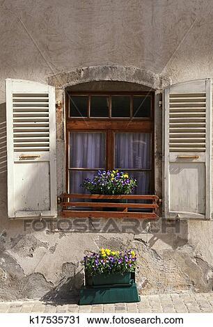 stock fotografie rustikal fenster mit alt holz fensterlaeden und blume topft in stein. Black Bedroom Furniture Sets. Home Design Ideas