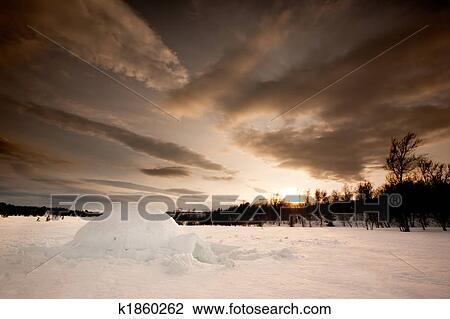 Banque de photo igloo k1860262 recherchez des images for Abri mural norvege