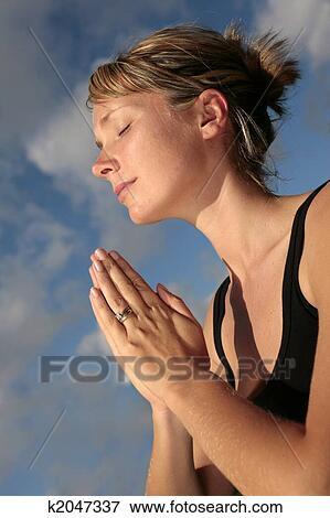 Mujer que medita, con, cielo azul - k2047337