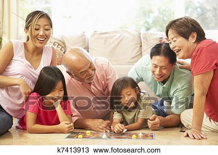 Banque de Photo - étendu famille, groupe, jouer, jeu société, chez soi. Fotosearch - Recherchez des Images, des Photographies et des Photos Clip Art