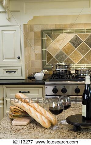 bild kueche insel mit wein und baguette stockbrot k2113277 suche stockfotografie. Black Bedroom Furniture Sets. Home Design Ideas