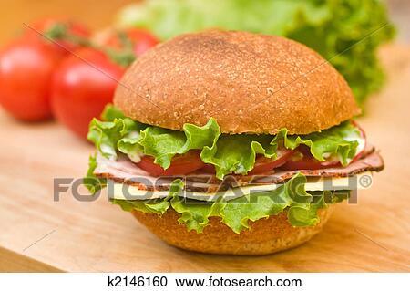 banques de photographies jambon suisse sandwich sur a planche d couper k2146160. Black Bedroom Furniture Sets. Home Design Ideas
