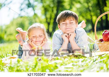 公园野餐儿童画