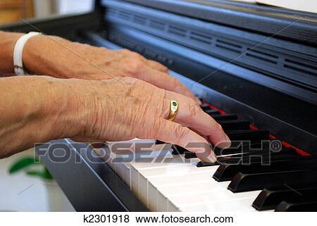 Foto Duas M Os De Um Mulher Idosa Piano Jogo Fotosearch