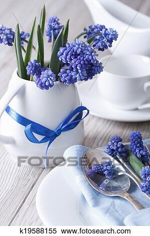 Stock bild elegante gedeckter tisch mit sch n blaue for Elegante wandbilder